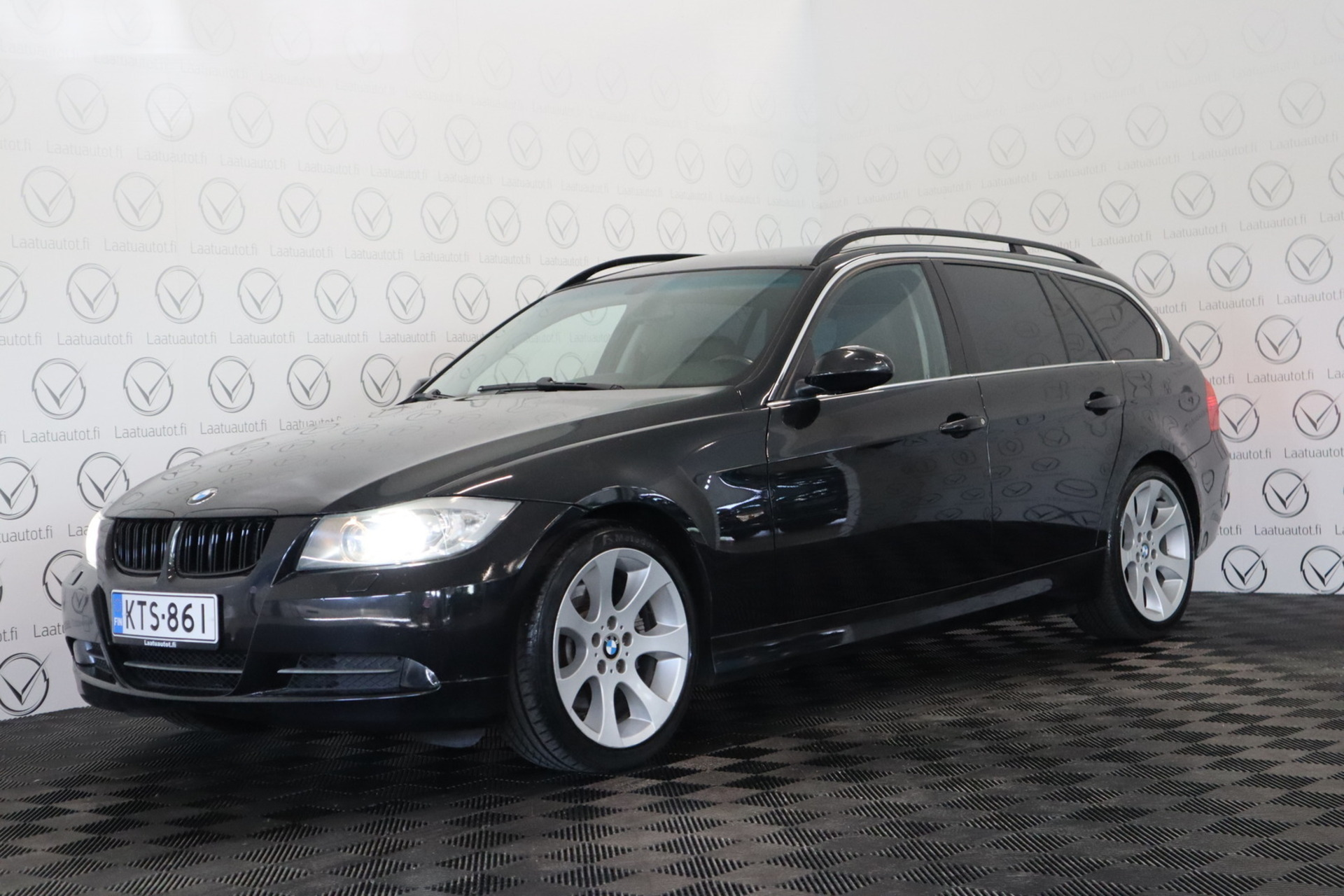 BMW 330 i Touring - Korko 1, 89%,  Rahoitus jopa ilman käsirahaa! **Nahat / Prof.Navi / (PDC) / Xenon**